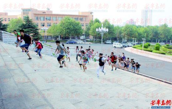 考研大战从抢座开始 青岛大学200多学生堵门