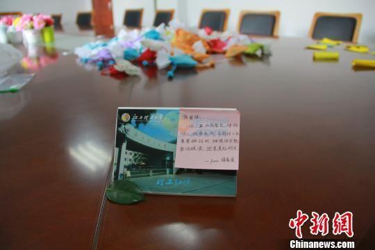 """江西高校教师助考研学子减压 自制""""减压锦囊"""""""